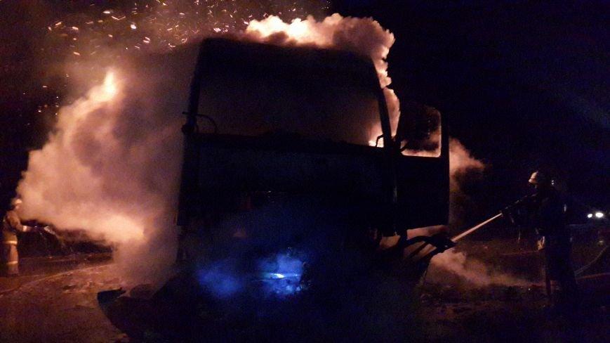 Под Новошахтинском на трассе М-19 пылает фура, въезд и выезд из города в сторону М-4 затруднен, фото-3