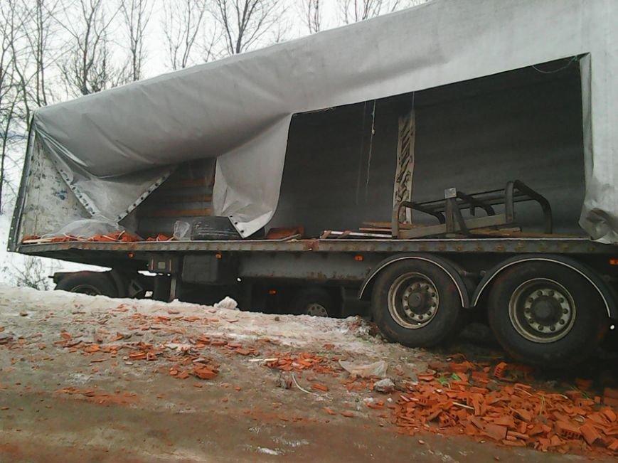 На Полтавщине грузовик с полуприцепом слетел в кювет, фото-1