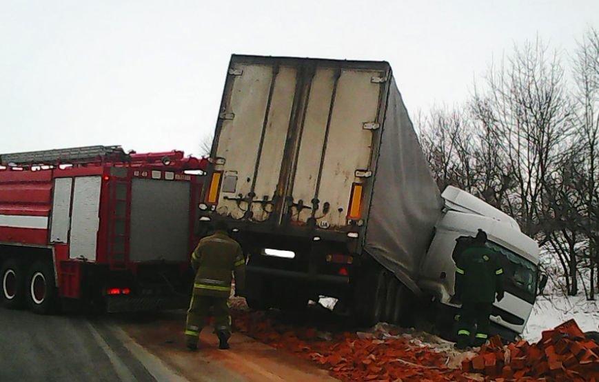 На Полтавщине грузовик с полуприцепом слетел в кювет, фото-2