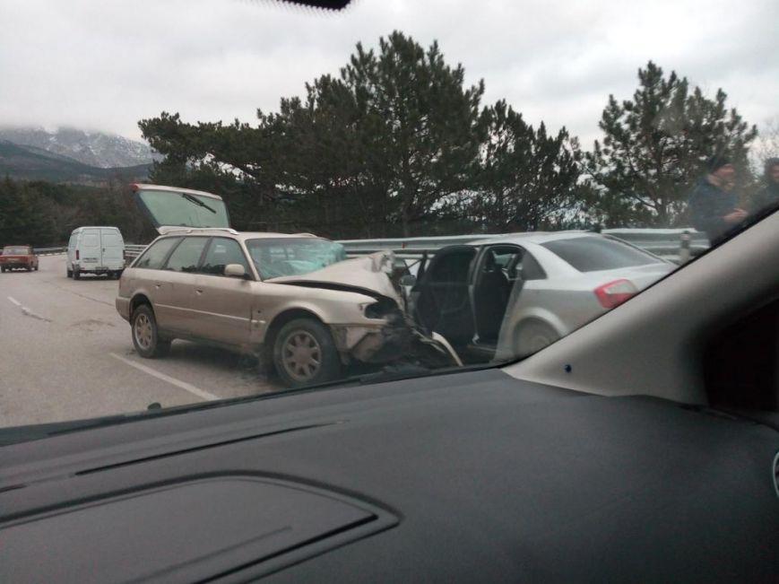 ВИДЕО: на трассе Севастополь-Ялта сошлись две «Ауди», фото-1