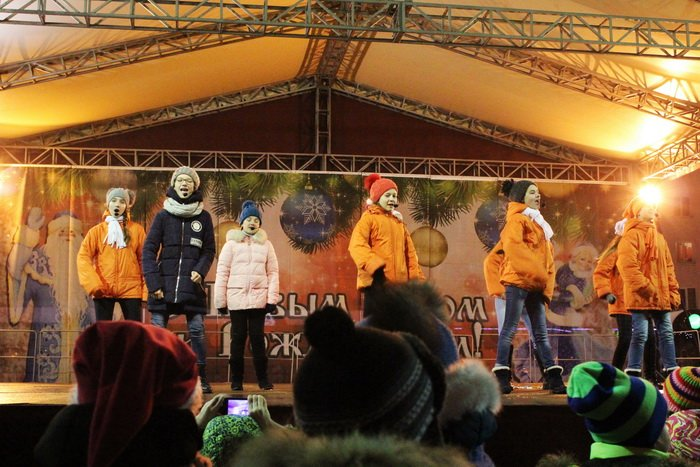 В преддверии Нового года витебчане и сотни сказочных персонажей «зажгли» центральную елку города, фото-29