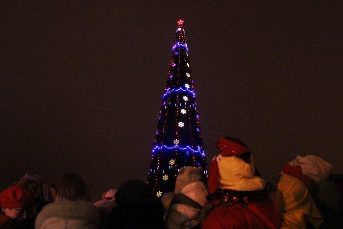 В преддверии Нового года витебчане и сотни сказочных персонажей «зажгли» центральную елку города, фото-4