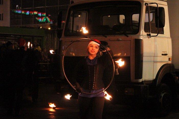 В преддверии Нового года витебчане и сотни сказочных персонажей «зажгли» центральную елку города, фото-26