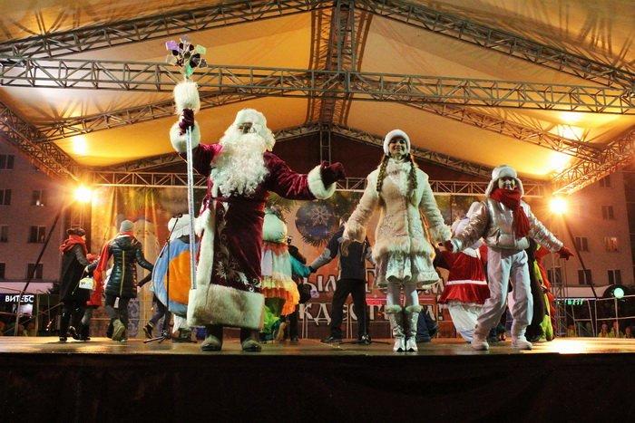 В преддверии Нового года витебчане и сотни сказочных персонажей «зажгли» центральную елку города, фото-6