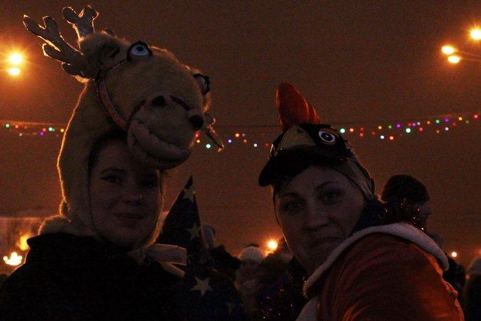В преддверии Нового года витебчане и сотни сказочных персонажей «зажгли» центральную елку города, фото-20