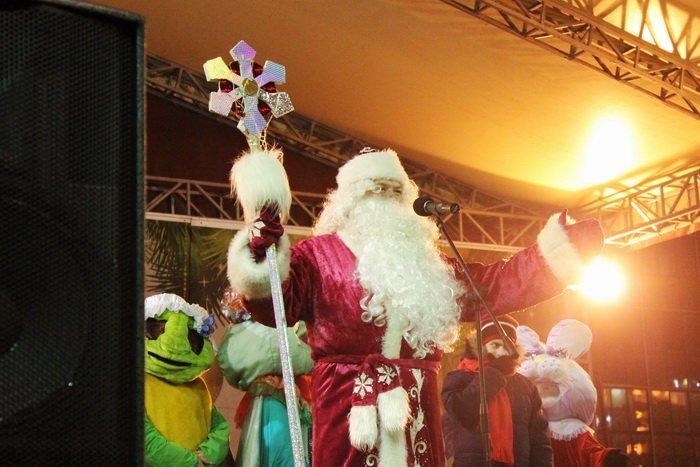 В преддверии Нового года витебчане и сотни сказочных персонажей «зажгли» центральную елку города, фото-1