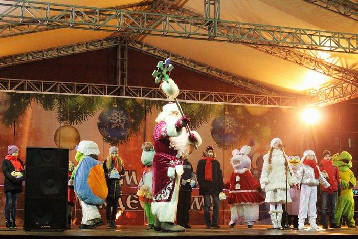 В преддверии Нового года витебчане и сотни сказочных персонажей «зажгли» центральную елку города, фото-3