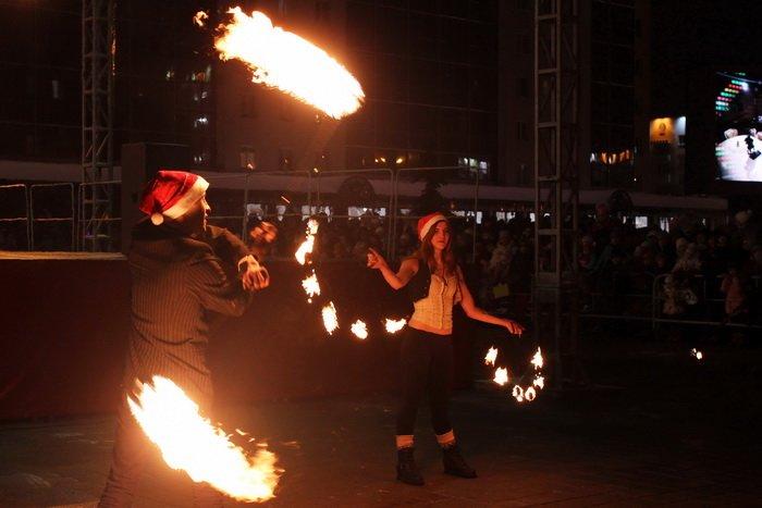 В преддверии Нового года витебчане и сотни сказочных персонажей «зажгли» центральную елку города, фото-25