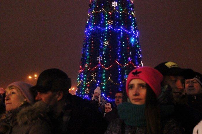 В преддверии Нового года витебчане и сотни сказочных персонажей «зажгли» центральную елку города, фото-27