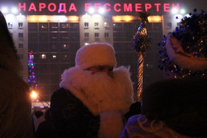 В преддверии Нового года витебчане и сотни сказочных персонажей «зажгли» центральную елку города, фото-21