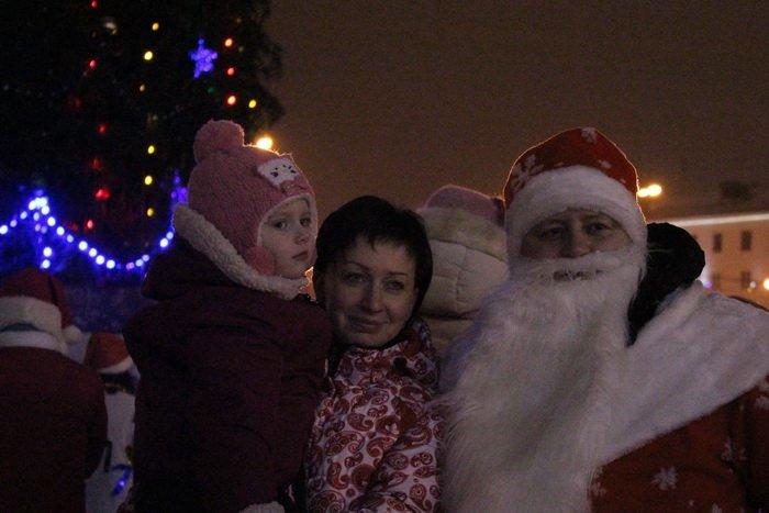 В преддверии Нового года витебчане и сотни сказочных персонажей «зажгли» центральную елку города, фото-11