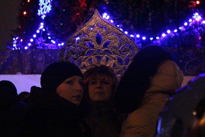 В преддверии Нового года витебчане и сотни сказочных персонажей «зажгли» центральную елку города, фото-15