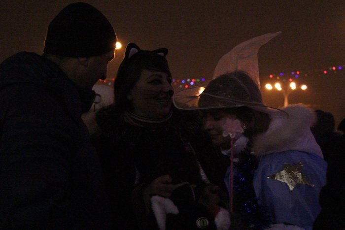 В преддверии Нового года витебчане и сотни сказочных персонажей «зажгли» центральную елку города, фото-17