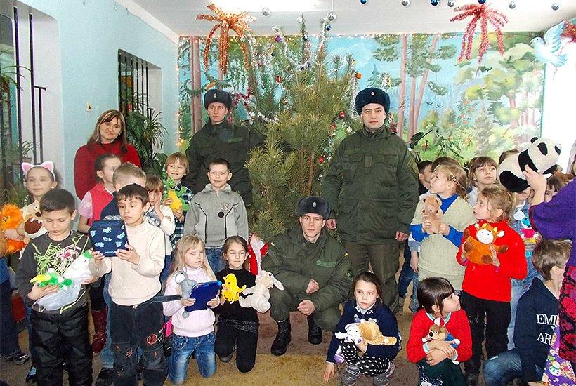 Славянские гвардейцы поздравили детей с наступающим Новым годом, фото-1