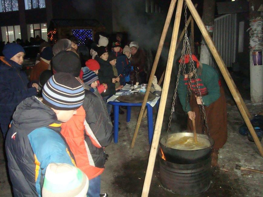 Огненное шоу, праздничный концерт и национальные блюда от казаков - в Родинском открыли главную елку, фото-6