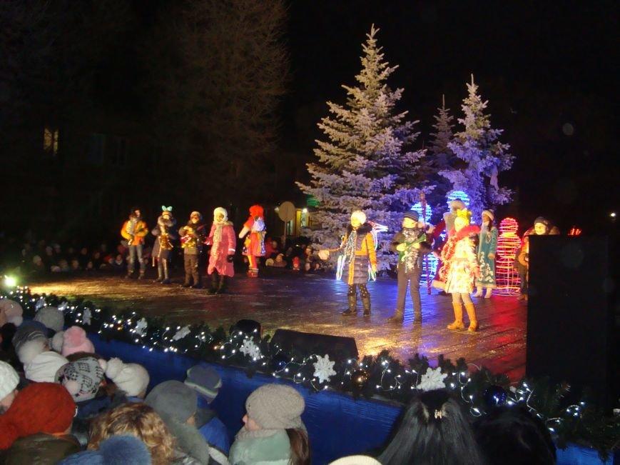 Огненное шоу, праздничный концерт и национальные блюда от казаков - в Родинском открыли главную елку, фото-4