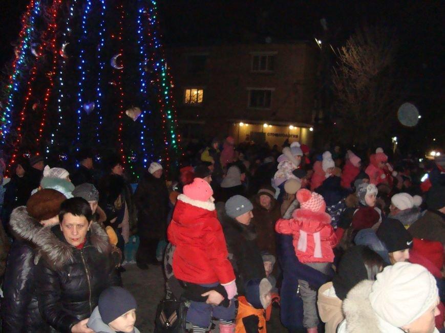 Огненное шоу, праздничный концерт и национальные блюда от казаков - в Родинском открыли главную елку, фото-3