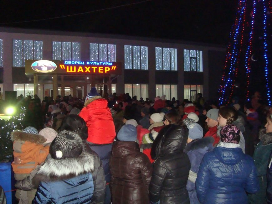 Огненное шоу, праздничный концерт и национальные блюда от казаков - в Родинском открыли главную елку, фото-8