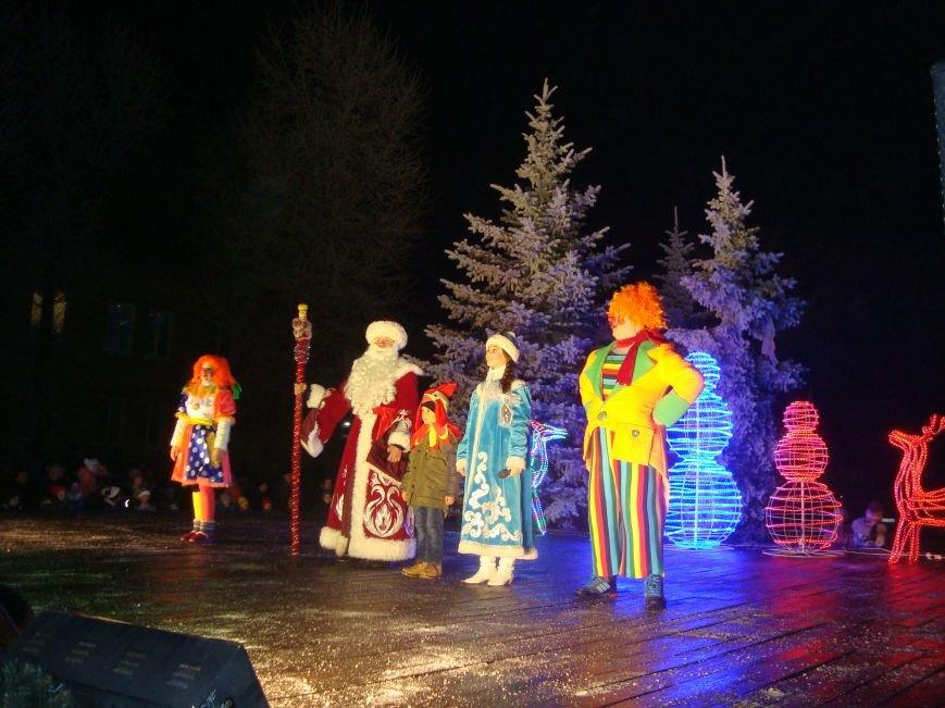 Огненное шоу, праздничный концерт и национальные блюда от казаков - в Родинском открыли главную елку, фото-1
