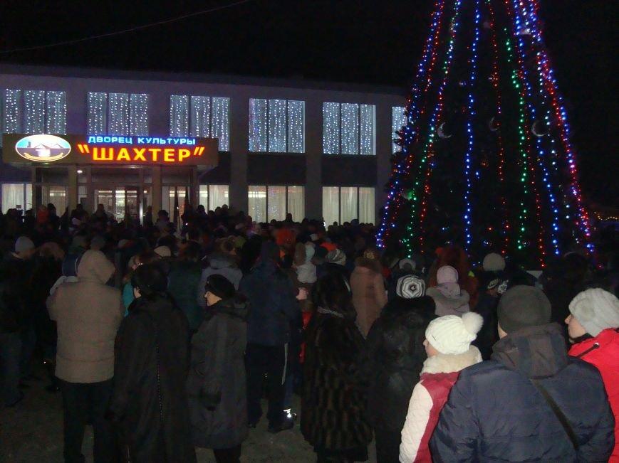 Огненное шоу, праздничный концерт и национальные блюда от казаков - в Родинском открыли главную елку, фото-10