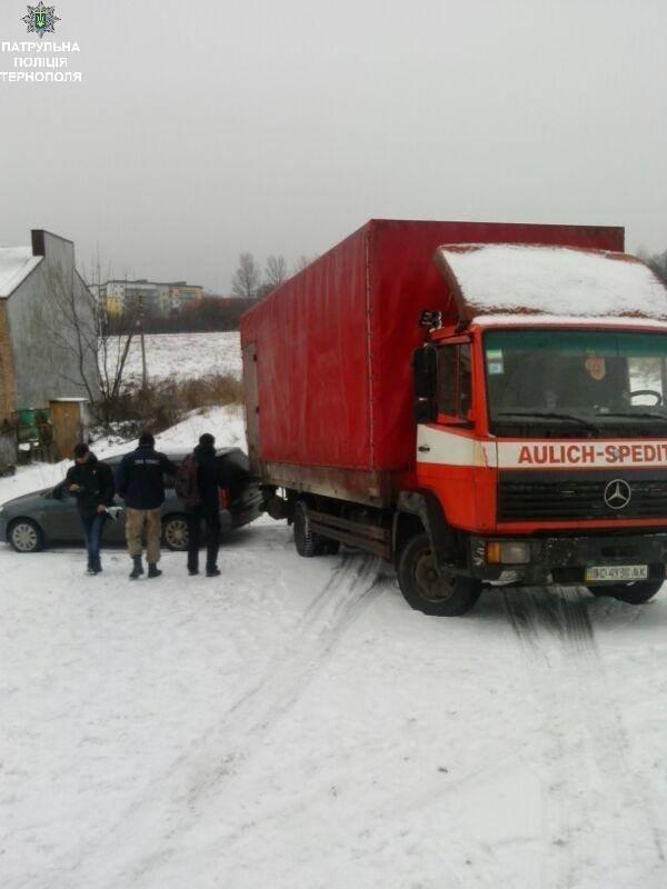 У Тернополі вантажівка протаранила припаркований легковик (ФОТО), фото-1