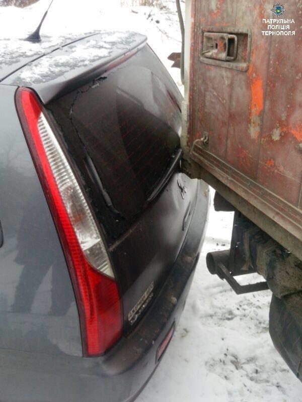 У Тернополі вантажівка протаранила припаркований легковик (ФОТО), фото-2