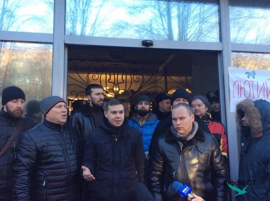 Экс-начальника криворожской полиции активисты забросали палками (ФОТО, ВИДЕО), фото-3