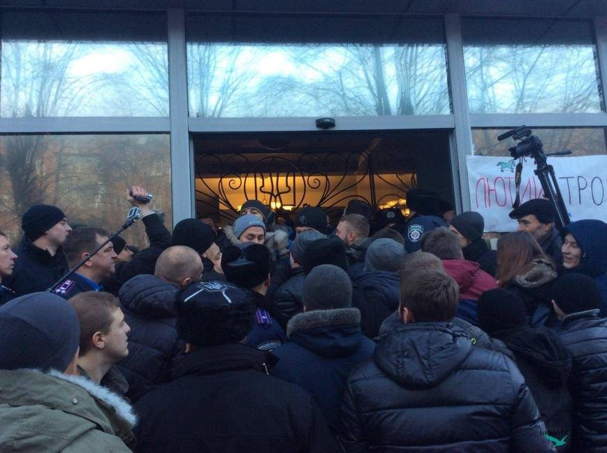 Экс-начальника криворожской полиции активисты забросали палками (ФОТО, ВИДЕО), фото-1
