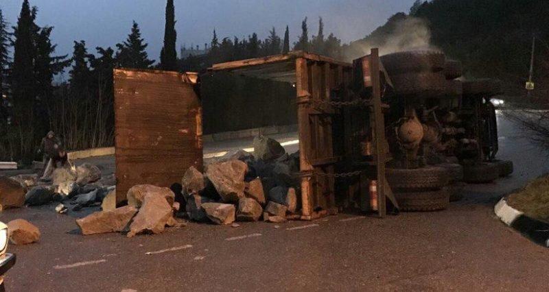 ДТП под Ялтой - опрокинулся грузовик, фото-1