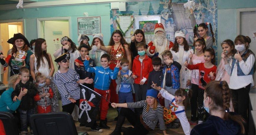 В Ялтинскую детскую больницу приехал Дед Мороз на скейтборде, фото-2