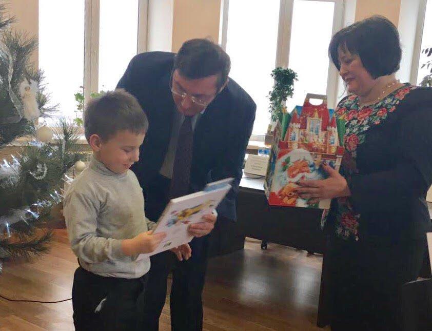 Юрий Луценко поздравил с новогодними праздниками детей сотрудников прокуратуры Бахмута (ФОТО), фото-2