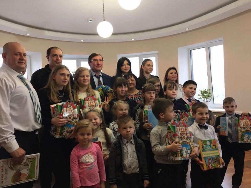 Юрий Луценко поздравил с новогодними праздниками детей сотрудников прокуратуры Бахмута (ФОТО), фото-3