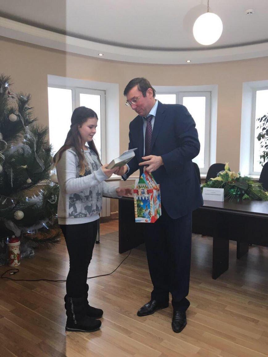 Юрий Луценко поздравил с новогодними праздниками детей сотрудников прокуратуры Бахмута (ФОТО), фото-1