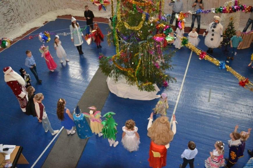 Новогодний утренник для детей организовали бойцы ОМОН  отдела Росгвардии по Псковской области, фото-1