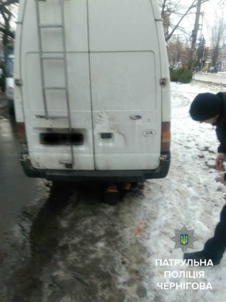 """В Чернигове пешеход """"бросился"""" под микроавтобус, фото-1"""
