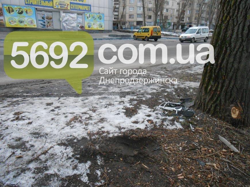 В Каменском в ДТП на проспекте Металлургов автомобиль врезался в дерево, фото-5