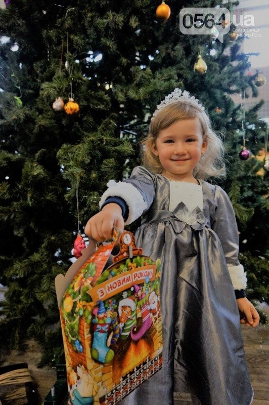 """Маленьким криворожанам в """"поселке Ильича"""" подарили подарки и новогоднюю сказку (ФОТО), фото-25"""