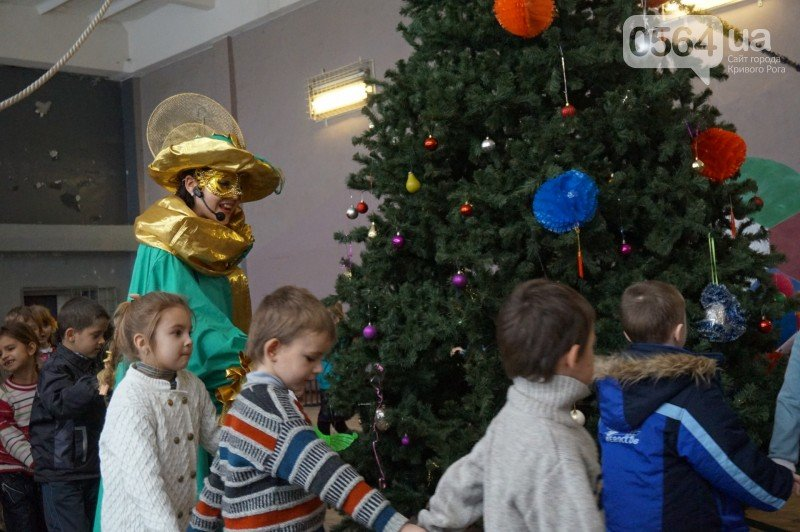 """Маленьким криворожанам в """"поселке Ильича"""" подарили подарки и новогоднюю сказку (ФОТО), фото-6"""