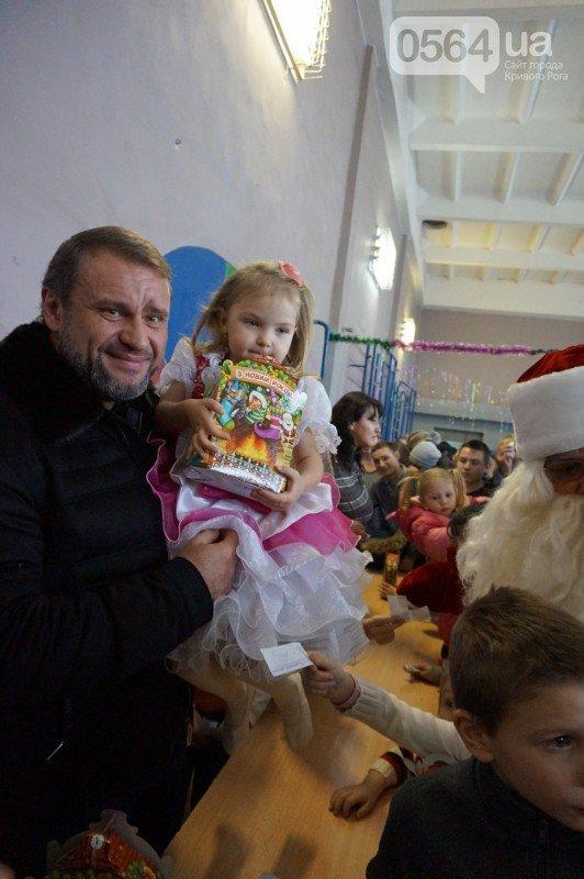 """Маленьким криворожанам в """"поселке Ильича"""" подарили подарки и новогоднюю сказку (ФОТО), фото-21"""