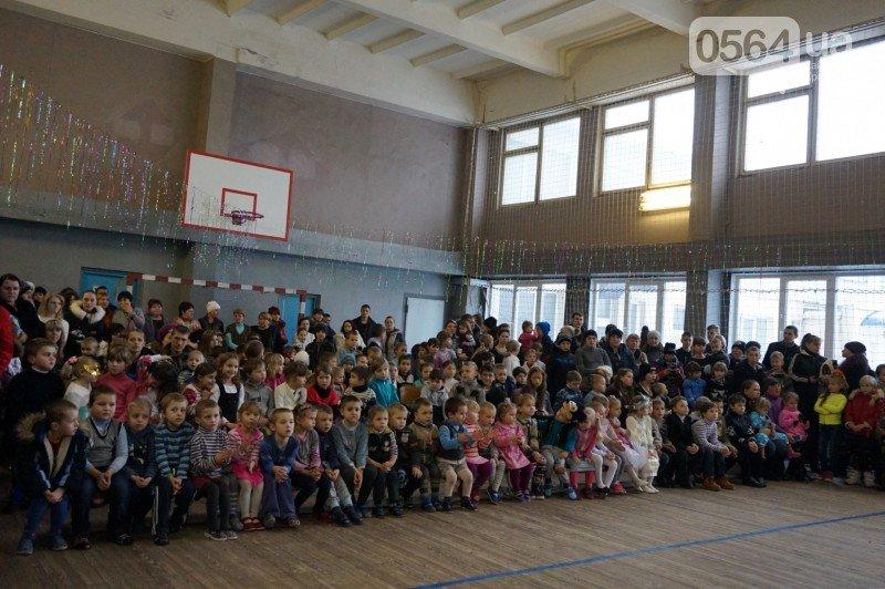 """Маленьким криворожанам в """"поселке Ильича"""" подарили подарки и новогоднюю сказку (ФОТО), фото-1"""