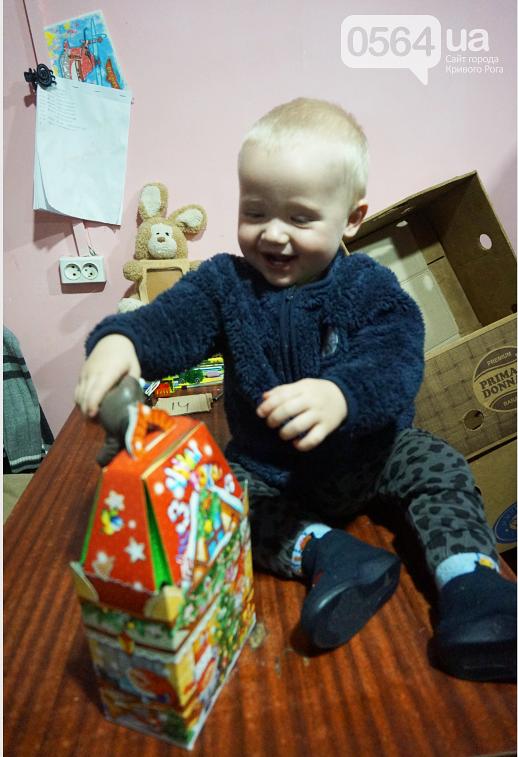 Праздник на Домностроителей: маленьким криворожанам из малообеспеченных семей Дед Мороз вручил новогодние подарки (ФОТО), фото-10
