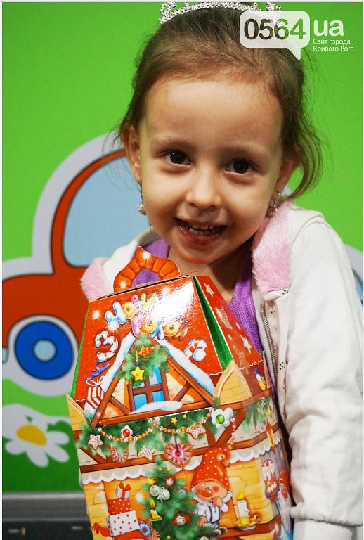 Праздник на Домностроителей: маленьким криворожанам из малообеспеченных семей Дед Мороз вручил новогодние подарки (ФОТО), фото-14