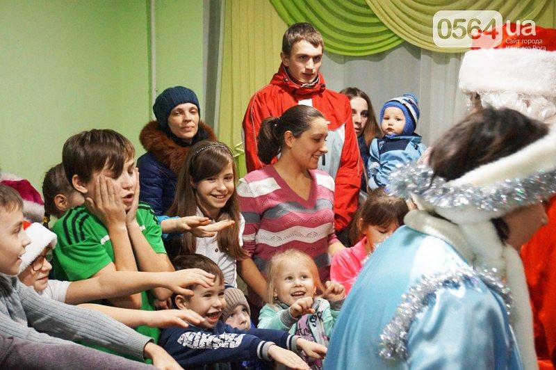 Праздник на Домностроителей: маленьким криворожанам из малообеспеченных семей Дед Мороз вручил новогодние подарки (ФОТО), фото-6