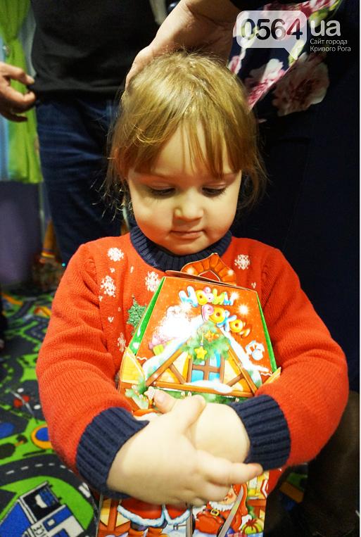 Праздник на Домностроителей: маленьким криворожанам из малообеспеченных семей Дед Мороз вручил новогодние подарки (ФОТО), фото-15