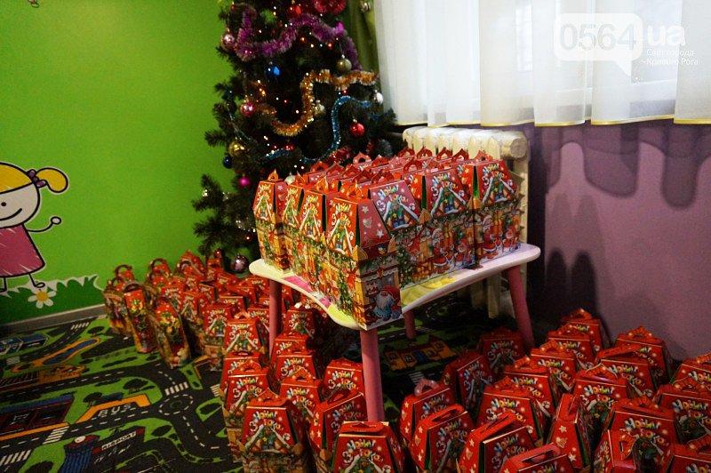 Праздник на Домностроителей: маленьким криворожанам из малообеспеченных семей Дед Мороз вручил новогодние подарки (ФОТО), фото-17