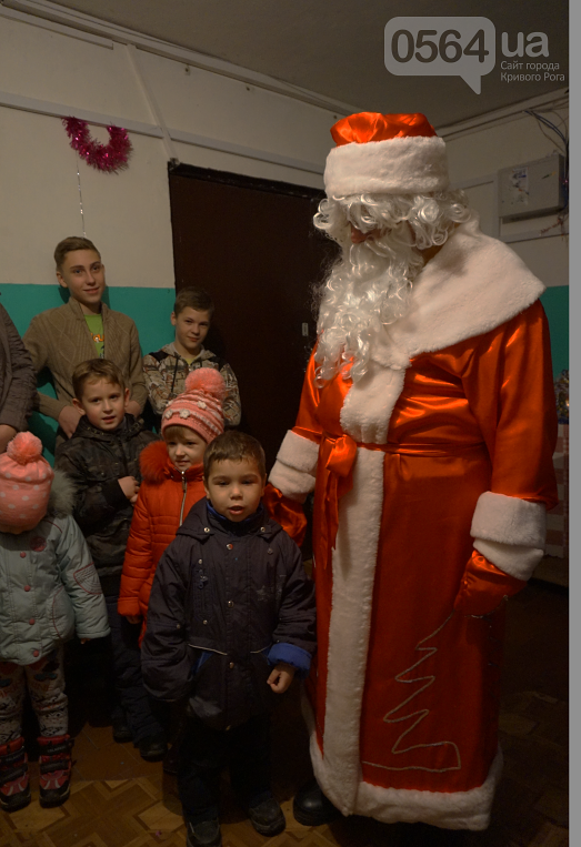 Праздник на Домностроителей: маленьким криворожанам из малообеспеченных семей Дед Мороз вручил новогодние подарки (ФОТО), фото-16