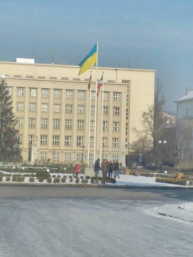 В Ужгороді біля облради невідомі повісили сепаратистський прапор Підкарпатської Русі: фото, фото-1