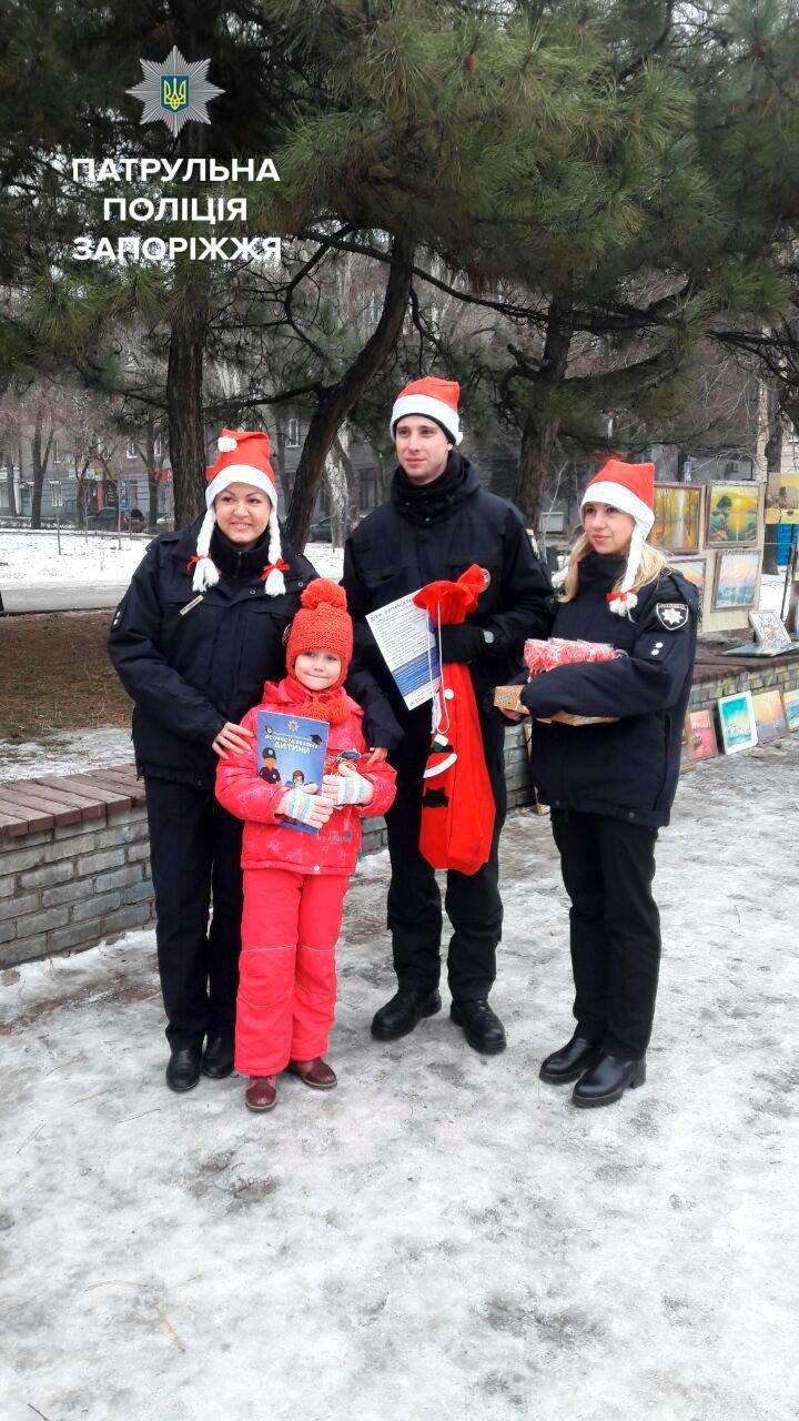Запорожские патрульные оделись в Дедов Морозов и раздавали подарки, - ФОТО, фото-5