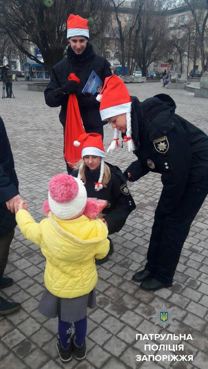 Запорожские патрульные оделись в Дедов Морозов и раздавали подарки, - ФОТО, фото-4