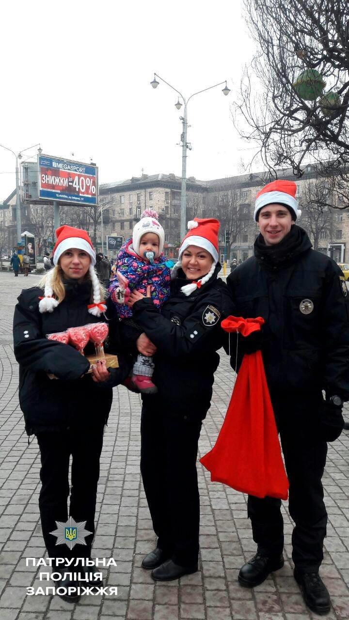 Запорожские патрульные оделись в Дедов Морозов и раздавали подарки, - ФОТО, фото-3